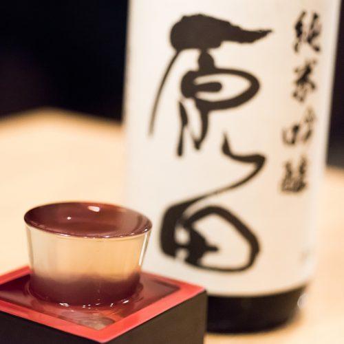 山口県周南市の酒蔵がつくる「原田」で、少量仕込みで希少価値が高く、都内の居酒屋で見かけることは稀という逸品