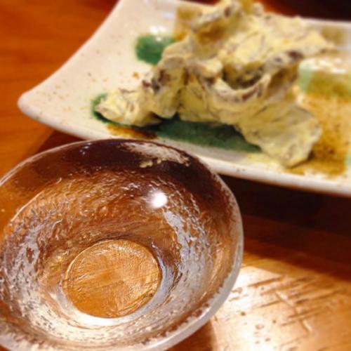 すっきりフルーティーな日本酒に ど定番のいぶりがっこのクリームチーズ和え