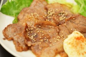 「ライブキッチン」から出来立てホヤホヤで登場するのは、「牛カルビのタレ焼き」