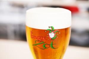 通に人気のクラフトビール王国・ベルギーの「ブルッグス ゾット ブロンド」。華やかな香りが特徴のベルジャンエールを代表する、芳醇なフレーバー漂う1杯です。