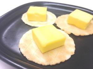 燻製バターにクラッカーの塩気とパリパリとした食感が加わり、一気に重層的な味わいになった。