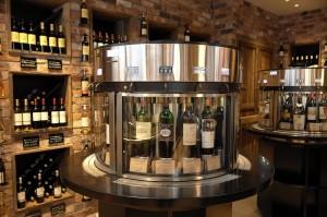 「リッチテイスティング Bar」ボトル3,000円台のリーズナブルなものから、ボトル10万円台のボルドー5大シャトーの一つ、「シャトー・マルゴー2010」までの、32種類の豊富なワインが試飲できる。