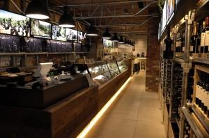 店内では直輸入の生ハムやチーズも取り扱っており、カウンターでワインと一緒に食事を取ることもできる。