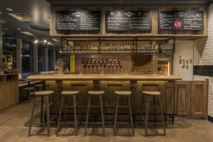 「Craft Beer Tap(クラフトビールタップ)」銀座マロニエゲート店。内観その2。