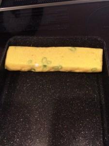 ほぐした明太子と万能葱と玉子を混ぜ合わせ、よく油を馴染ませたフライパンで薄めに丁寧に巻き上げてきます