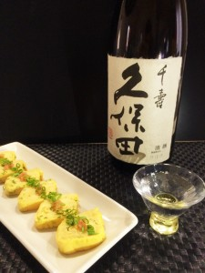 玉子焼きをさらに深く楽しむもうひと手間を。「久保田 千寿」をあえてぬる燗にします。