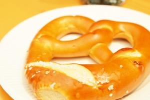 「ブレッツェル」。日本でもだいぶ市民権を得てきたドイツの焼き菓子。シンプルな塩味なんですが、噛むほどに小麦の風味がしっかり出てきて、香ばしく、うまいんですね~。