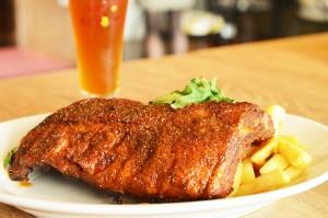 バックリブ(豚の背中の肉)をオリジナルスパイスで骨付きのまま豪快に丸ごと焼き上げた、「バックリブのスパイシーロースト フライドポテト添え」