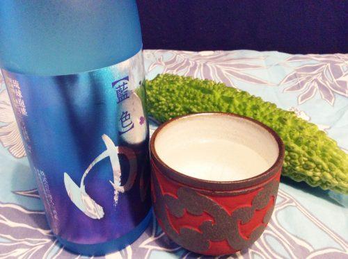 青いビンの「ゆら」を茶碗に注ぐ。
