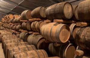 ウイスキーは麦汁を蒸留した後、木製の樽に入れ何年も寝かせることで完成します。