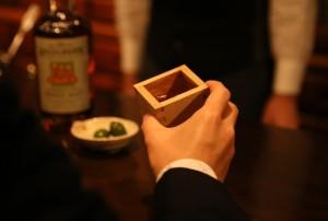"""「ミズナラ枡」は、注いでから口に運ぶまでの土壇場でウイスキーに""""最後の熟成""""をもたらすウイスキー専用酒器です。"""