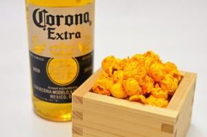 「ギャレット ポップコーン ショップス®」入り枡と、メキシカンビール「コロナ エクストラ」