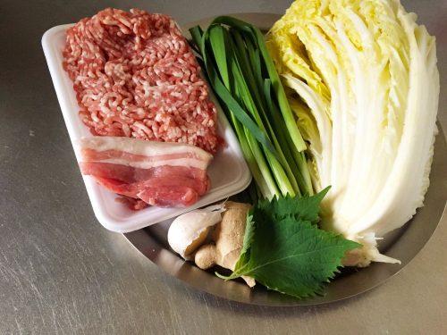 餃子の具材も肉と香味野菜だけ、白菜とキャベツ、ニラだけなど、さまざま。
