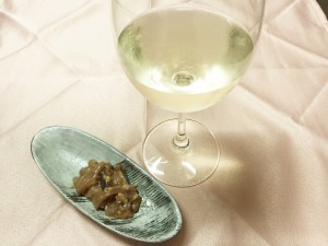 塩辛のまどろっこしいくらいのコクがワインの柑橘香によって爽やかに迎撃され、華やかな余韻になって消えていく。
