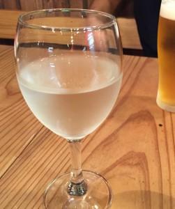 富山の純米吟醸「羽根屋」だ。ワイングラスに0.5合。