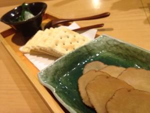 秋田の名産「いぶりがっこ」をチョイス。クリームチーズとともにクラッカーに乗せて頬張るタイプです。