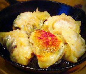 スキレット鍋でオシャレに盛り付け。鉄板餃子