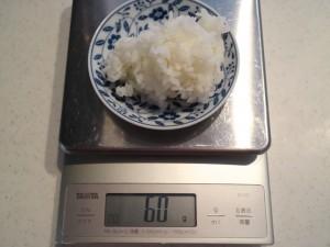 炊きたてのご飯を計量