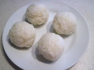ご飯をラップでくるんでボール状にする。