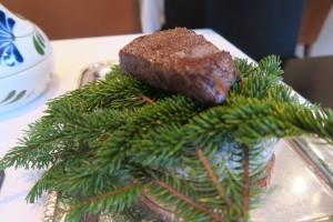 十勝牛のステーキは針葉樹を敷き詰めた上で供される