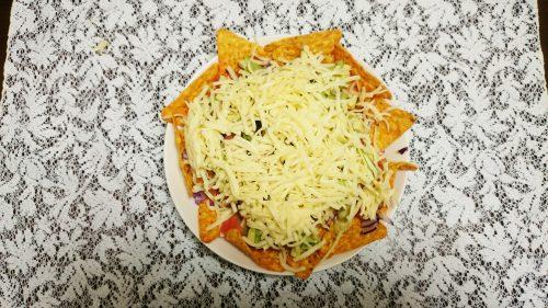 ナチョスの作り方3。全体が隠れるくらいチーズをのせる