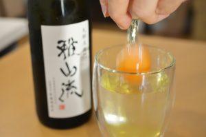 日本酒に生卵をちゃぽん。