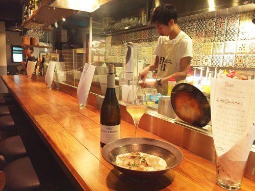 「nanoru namonai」オープンなカウンターとテーブル席がいくつかの気軽なフレンチ酒場