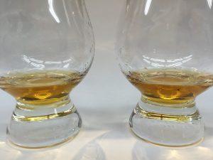 棒入りボトルの「竹鶴」に移行。写真の右側。左の棒無しよりも、気持ち濃いです。