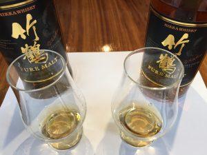 右が「ミズナラ棒」を入れた「ニッカ 竹鶴」のボトル、左が入れてないボトル