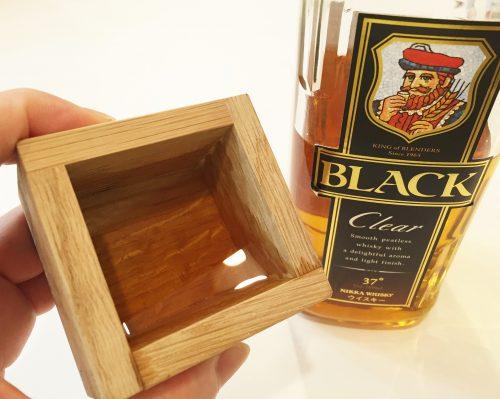 「ウイスキーの酒器」といえば我らが「バッカスの選択」公式グッズ「ミズナラ枡」