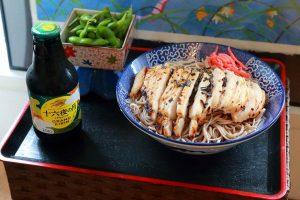 「鶏胸肉の塩こうじ漬け焼き」をお蕎麦の上へ丸ごとドーン!
