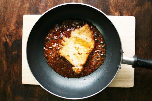 「豚ロースの黒酢はちみつ焼き」の作り方。ソースの材料を加え、煮詰める。