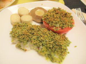 「タラの香草パン粉焼き」の作り方。200℃に予熱しておいたオーブンで20分焼き、お皿の上に盛り付けたら完成です。