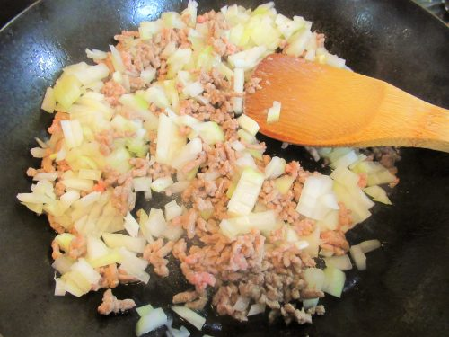 「コテージパイ」の作り方。挽肉を炒める。