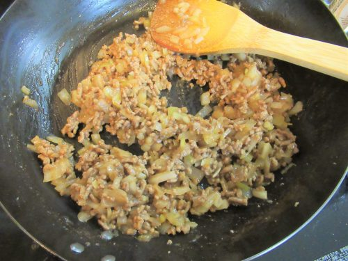 「コテージパイ」の作り方。小麦粉、調味料を加えて炒める。