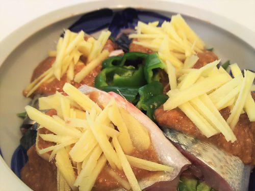 「鯖の味噌煮」の作り方。長ネギを敷いてから、サバを周りに、中央にピーマンを配置します。