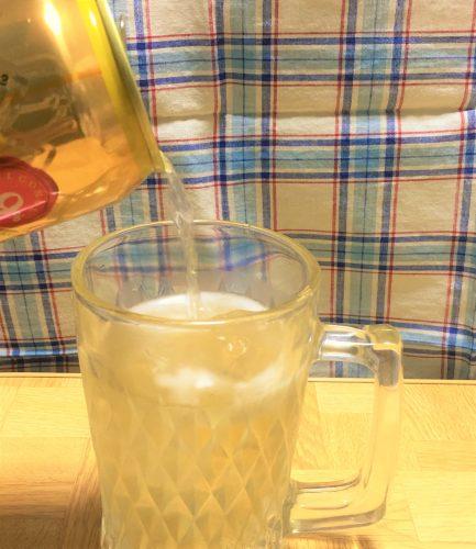 「角ハイボール缶 濃いめ」をグラスに注ぐ。