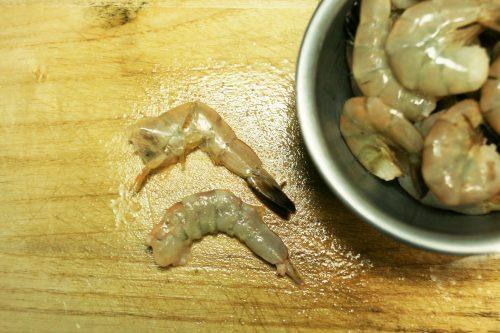 「海老ときゅうりのビールマリネ」の作り方。えびは殻をむき、背わたを取る。さっと茹で、水気を切っておく。