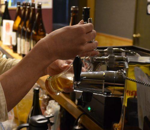 これがトップ100のビール・サービングだ。林の如く静かな注ぎ始め。