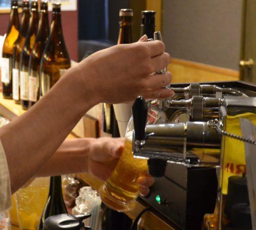 これがトップ100のビール・サービングだ。終盤クライマックスに向けグラスを立てていく。