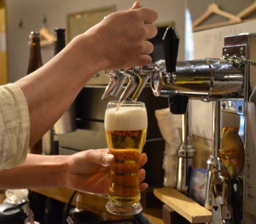 これがトップ100のビール・サービングだ。山の如く直立不動のグラスに押し泡、入りま~す。