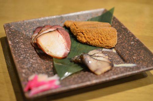 金沢からの3品盛り。「ぶりハム(左)」「巻ぶり(右手前)」「ふぐの子(右奥)」