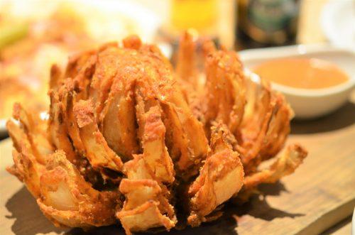 「オニオンブロッサム」(玉ねぎを丸ごと花が開くように揚げたのを特製エスニックマヨネーズでいただく)