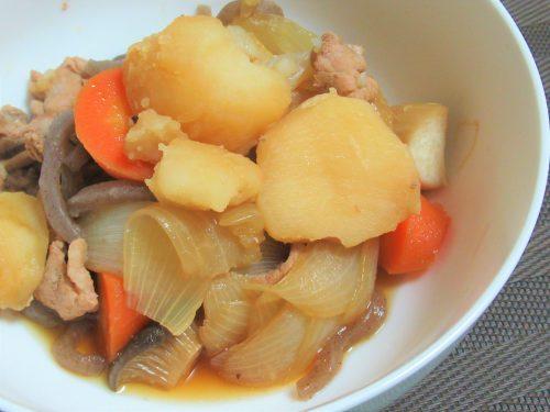 肉じゃがの作り方4。野菜が煮えたら火を止めて、時間があればしばらく放置します。食べる頃にまた温め返したら器によそって完成です。