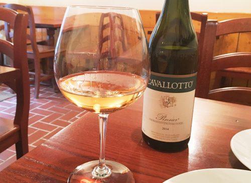 黒ぶどうから醸造して作られた白ワイン