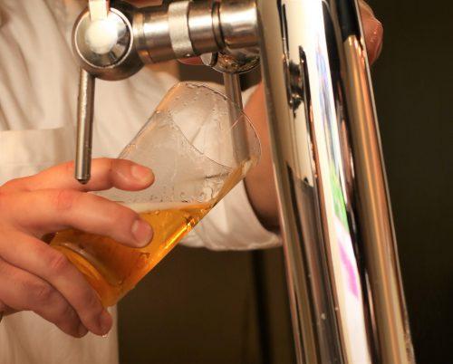 ビールの液と泡を7対3ぐらいで注ぐのは、ままよく聞く話だが、問題なのはその「泡を作るときのグラスの角度」なのである。