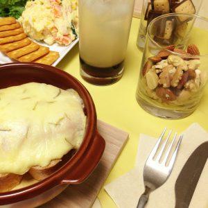 【ホームパーティーにもオススメ「ケーゼシュニッテ」とは?】カルーアの爽やかお家カクテル&スイスのとろ~りチーズ料理のレシピをご紹介♪