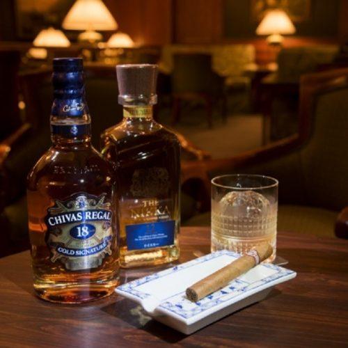 """""""ホテルのバーでウイスキーに葉巻""""のシチュエーションを若いうちから楽しもう!"""