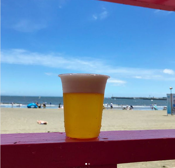 【ぬるぬる缶ビールじゃダメだこりゃ】冷えたクラフトビールが海の家で飲めちゃう!江ノ島の「エルボンボンズー」だよ、全員集合~!