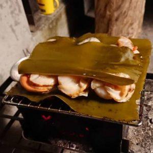炭火でホタテを焼くときは、「昆布でサンド」が抜群にウマいらしい